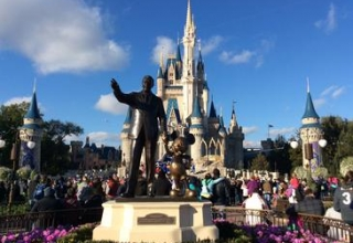 Cinderella_Castle_and_Partners_statue